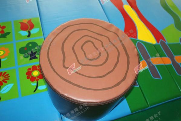材质:PVC阻燃夹网布+高弹泡棉(防水阻燃)或者高密海棉 颜色:红黄绿蓝常规色均可。 特色安装底部加粘魔术贴(抨起来很完美,看不到抨接缝 *特点:哑光防水防火,英国BS7176检测,环保无毒检测无异味高档地垫,香港澳门常用材料,欧美标准。用途广泛即可以做儿童玩具,又可作装饰用品,具有美观、轻盈、不起皱,不开口,耐磨,经久耐用,环保抗静电,抗菌。本产品采用采用高级PVC阻燃夹网布,高密度高回弹软体材料制造,色彩鲜艳,不易破损,弹性好,安全耐用,高回弹,韧性好,抗张力强。柔软,吸音,吸震。双面都可用,有一定的